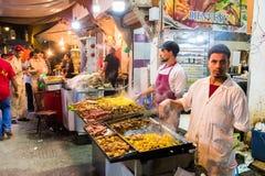 Rabat, Rabbat Sala Kenitra Province, Maroc - 04-10-2018 : Rue avec des souks et magasins avec la mosquée au crépuscule, Rabat, Ma photos stock