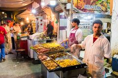 Rabat, Rabbat Sala Kenitra Province, Marocco - 04-10-2018: Via con i souks e negozi con la moschea al crepuscolo, Rabat, Marocco fotografie stock