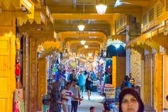 Rabat Rabbat Sala Kenitra Province, Marocko - 04-10-2018: Gatan med souks och shoppar med moskén på skymning, Rabat, Marocko royaltyfri fotografi