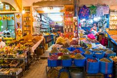 Rabat Rabbat Sala Kenitra Province, Marocko - 04-10-2018: Gatan med souks och shoppar med moskén på skymning, Rabat, Marocko royaltyfri foto