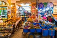 Rabat, Rabbat Sala Kenitra Province, Marruecos - 04-10-2018: Calle con los souks y tiendas con la mezquita en la oscuridad, Rabat foto de archivo libre de regalías