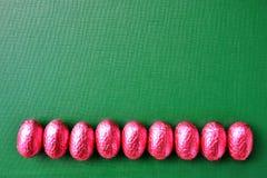 Rabatowa linia z Czekoladowymi jajkami Wielkanocnymi Obraz Royalty Free
