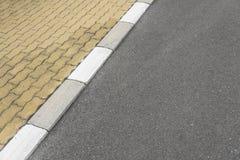 Rabatowy chodniczek i asfaltowa droga Zdjęcia Royalty Free