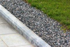 Rabatowy kerb między gazonem i chodniczkiem w parku Fotografia Stock