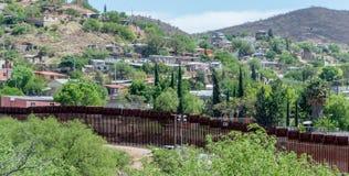 Rabatowy ogrodzenie oddziela Meksyk i Stany Zjednoczone Obrazy Royalty Free