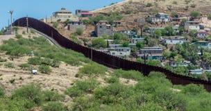 Rabatowy płotowy oddziela Stany Zjednoczone i Meksyk obrazy stock