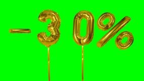 Rabatt 30 dreißig Prozent weg von der Goldballon-Verkaufsfahne, die auf grünes Schirmeinkaufsangebot schwimmt - stock footage