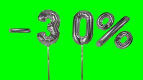 Rabatt 30 drei?ig Prozent weg von der silbernen Ballonverkaufsfahne, die auf gr?nes Schirmeinkaufsangebot schwimmt - stock footage