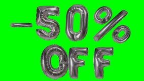Rabatt 50 fünfzig Prozent weg von der silbernen Ballonverkaufsfahne, die auf grünes Schirmeinkaufsangebot schwimmt - stock footage