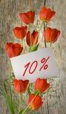 Rabatt für Verkauf, 10-Prozent-Rabatt, schöne Blumentulpen in der Grasnahaufnahme Lizenzfreie Stockfotos