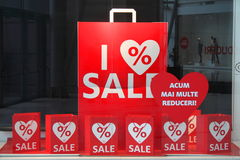 rabatter som visas i shoppafönstret Royaltyfri Bild