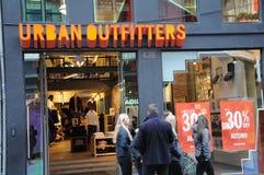 30% rabattförsäljning på det stads- oufitterlagret royaltyfri foto