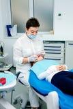 Rabattfrau neuen Jahres Doktors des Mädchens der Behandlungsbürokinderzahnarztzähne saubere Klinik der kleinen jugendlich ruhig b Lizenzfreies Stockfoto