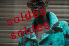 Rabattzeichen 'SOLDES 'auf Französisch, den Traduction von Verkäufen auf Fenster im französischen Modespeicherausstellungsraum stockfoto