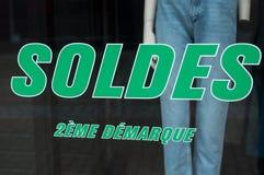 Rabattzeichen 'SOLDES-deuxieme demarque 'auf Französisch, den Traduction der Preisermäßigung der Verkäufe zweite auf Fenster im f stockfotografie