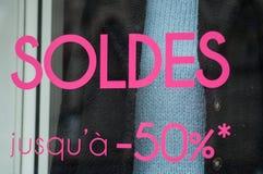 Rabattzeichen 'SOLDES-jusqu 'a 50% 'auf Französisch, den Traduction von Verkäufen bis 50% stockbilder