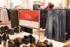 Rabattzeichen auf Bekleidungsgeschäft Aufkleberzeichen Verkauf bis 50 Prozent auf Speicher mit Kleidung während des Winters, Früh Stockbilder
