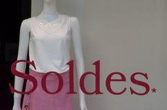Rabattzeichen auf Fenster im französischen Modespeicherausstellungsraum auf Sommerkleidungshintergrund lizenzfreies stockbild