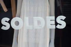 Rabattzeichen auf Fenster im französischen Modespeicherausstellungsraum auf Sommerkleidungshintergrund stockbild
