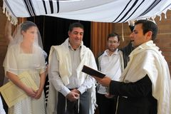 Rabbi blessing Jewish bride and a bridegroom in Jewish wedding c royalty free stock photography