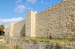 Rabbin marchant dans la vieille ville de Jérusalem Photos libres de droits