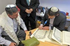 Rabbiner, der jüdische Prenuptial Vereinbarung Ketubah unterzeichnet stockfotos