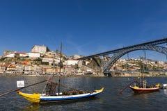 Rabelo小船` Barcos Rabelos `在有波尔图和老D城市的杜罗河河 雷斯桥梁`后面的Ponte Dom LuÃs 免版税图库摄影