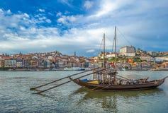Rabelo,有葡萄酒桶的传统小船在波尔图,葡萄牙 库存图片