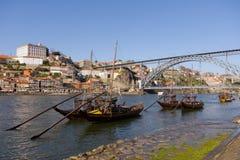 Rabelo Boote nähern sich Brücke Dom Luis Lizenzfreie Stockfotografie