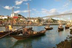 Rabelo Boote nähern sich Brücke (Porto) Stockbilder
