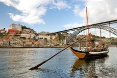 Rabelo Boote nähern sich Brücke (Porto) Lizenzfreies Stockbild