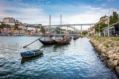 Rabelos fartyg nära Luisen som jag överbryggar, Porto, Portugal Arkivbild