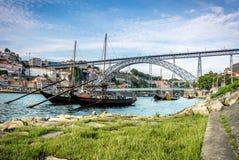 Rabelos fartyg nära Luisen som jag överbryggar, Porto, Portugal Royaltyfri Bild