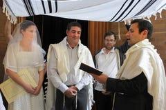Rabijn die Joodse bruid en een bruidegom in Joods huwelijk c zegenen royalty-vrije stock fotografie