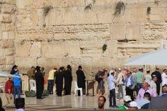 Rabino y otros hombres judíos en la pared que se lamenta Fotografía de archivo