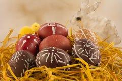 Rabit y polluelo teñidos de las cáscaras de huevo de Pascua Imagenes de archivo