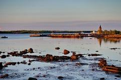 Rabocheostrovsk-Stadt, Pier bei Sonnenaufgang lizenzfreie stockfotografie