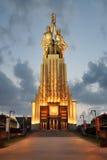 """ """"Rabochiy del monumento i Kolkhoznitsa†en luz del oro en la puesta del sol Imagenes de archivo"""