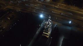 Rabochiy mim trabalhador de Kolkhoznitsa e símbolo Kolkhoz de Rússia soviética da mulher Perto do parque Moscou de VDNKh Noite aé filme