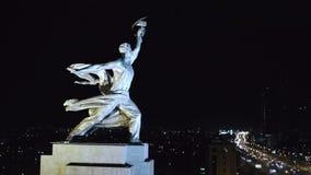Rabochiy mim trabalhador de Kolkhoznitsa e símbolo Kolkhoz de Rússia soviética da mulher Perto do parque Moscou de VDNKh Noite aé video estoque