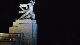 Rabochiy mim trabalhador de Kolkhoznitsa e símbolo Kolkhoz de Rússia soviética da mulher Perto do parque Moscou de VDNKh Noite aé vídeos de arquivo