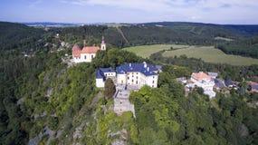 Rabstejn - vista aerea dell'orizzonte del fuco del castello immagine stock libera da diritti