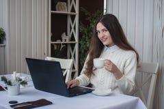 Rabta à l'ordinateur en ligne distance photographie stock libre de droits