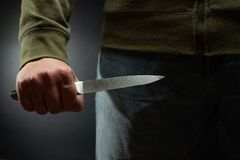 Rabuś z dużym nożem - zabójcy morderca wokoło popełniać morderstwo, rabunek, kradzież Artykuły prasowi, gazeta, socjalny fotografia stock