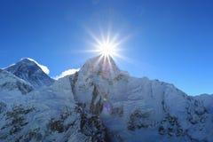 Raca nad nuptse szczytem beside Everest Zdjęcia Stock
