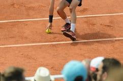 Raccattapalle che pipcking sul bal sul campo da tennis Immagine Stock Libera da Diritti