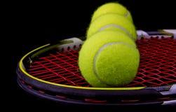 Racchetta di tennis con 3 sfere di tennis Fotografia Stock Libera da Diritti