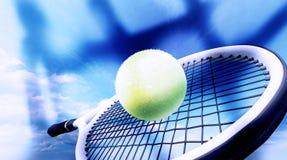 Racchetta di tennis con la palla sul fondo del cielo blu fotografia stock libera da diritti