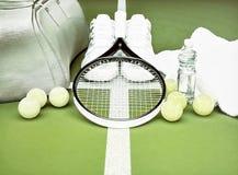 Racchetta di tennis con le palle e le scarpe da tennis, bottiglia di acqua, borsa della palestra, a Immagine Stock