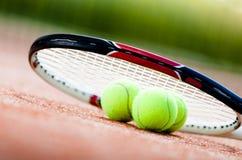 Racchetta di tennis con le sfere Fotografia Stock Libera da Diritti
